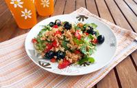 Salade riz tofu rosso roquette olives poivron